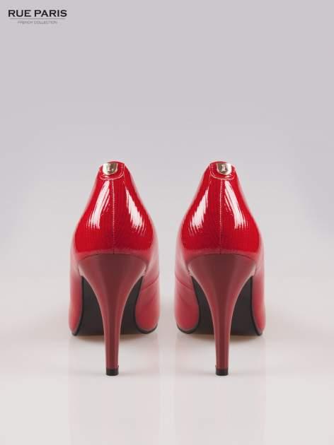 Czerwone fakturowane szpilki z lekko zaokrąglonym noskiem                                  zdj.                                  3