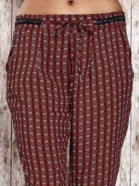 Czerwone lejące wzorzyste spodnie                                  zdj.                                  4