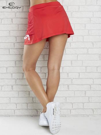 Czerwone spodenki spódniczka tenisowa z troczkami na bokach                                  zdj.                                  2