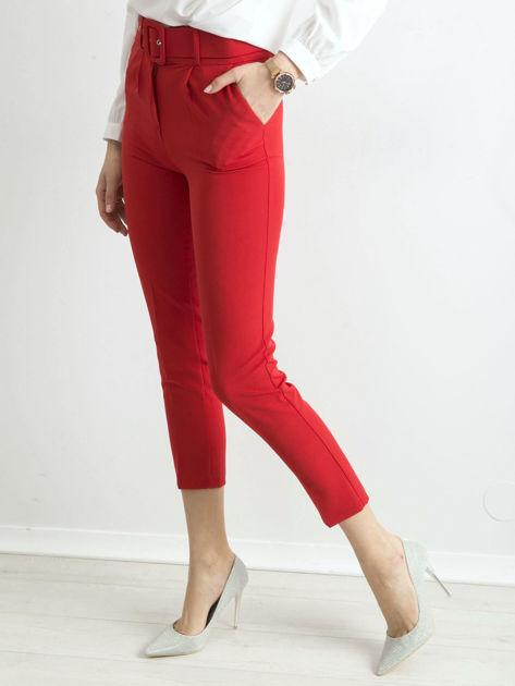 Czerwone spodnie cygaretki z paskiem                              zdj.                              1