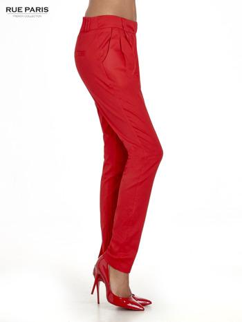 Czerwone spodnie cygaretki z zakładkami                                  zdj.                                  3