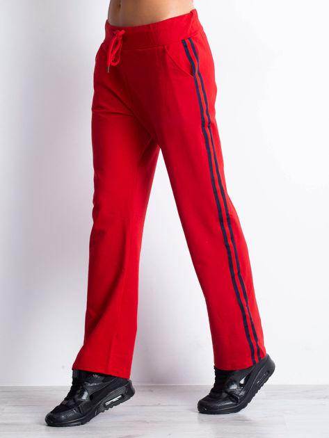 Czerwone spodnie dresowe z lampasami                              zdj.                              6