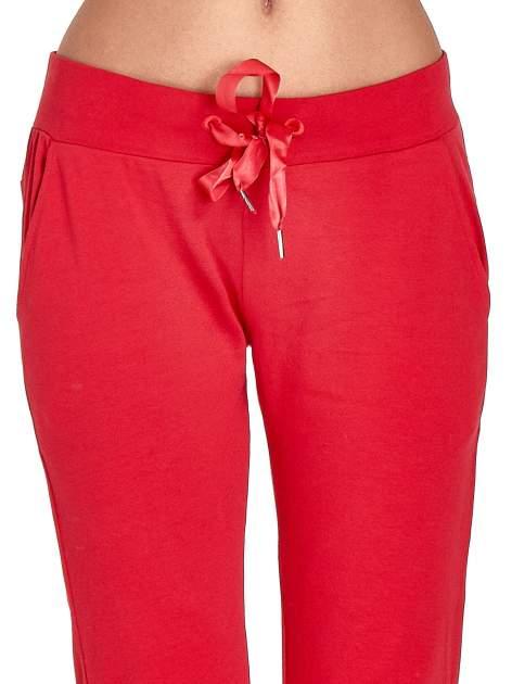 Czerwone spodnie dresowe z nogawką ze ściągaczem                                  zdj.                                  4