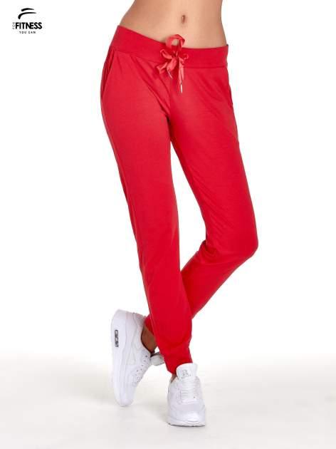 Czerwone spodnie dresowe z nogawką ze ściągaczem