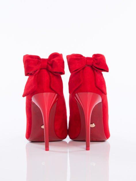 Czerwone zamszowe szpilki z ozdobną kokardką na tyle buta                              zdj.                              3