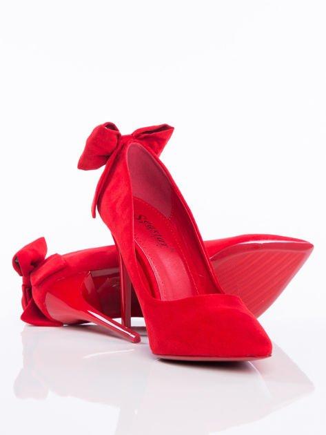 Czerwone zamszowe szpilki z ozdobną kokardką na tyle buta                              zdj.                              4
