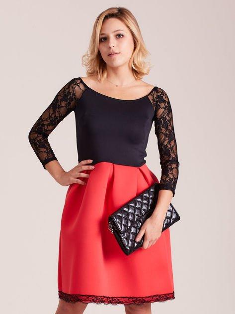 Czerwono-czarna sukienka z koronkowymi rękawami                              zdj.                              1