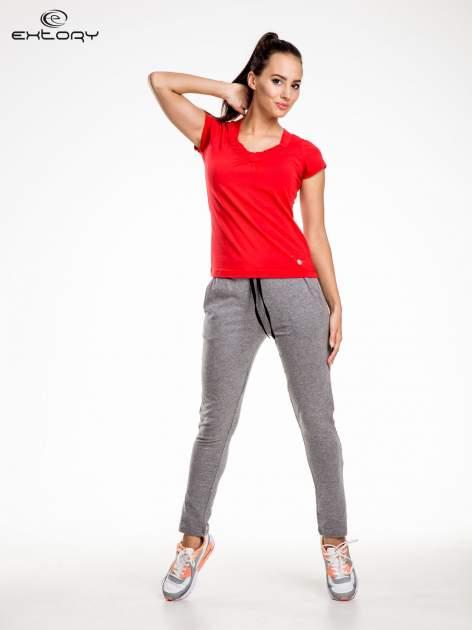 Czerwont damski t-shirt sportowy z marszczonym dekoltem                                  zdj.                                  2