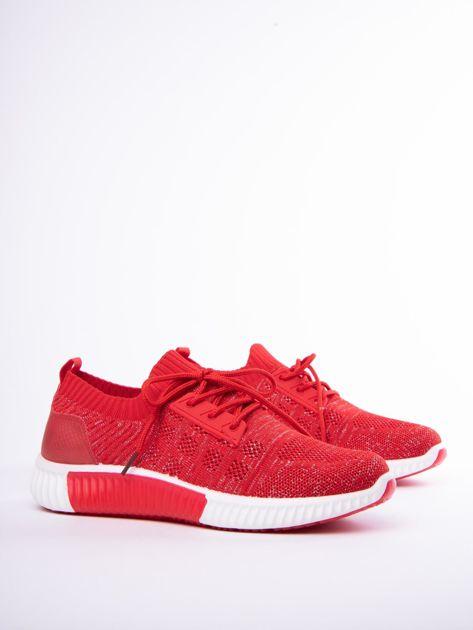 Czerwony buty sportowe Prmavera z błyszczącą nitką                              zdj.                              4