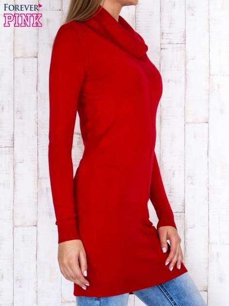 Czerwony długi sweter z golfem i dekoltem w prążki                                  zdj.                                  3