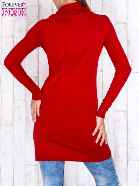 Czerwony długi sweter z golfem i dekoltem w prążki                                  zdj.                                  4
