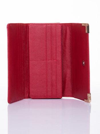 Czerwony dziurkowany portfel ze złotym wykończeniem                                  zdj.                                  4