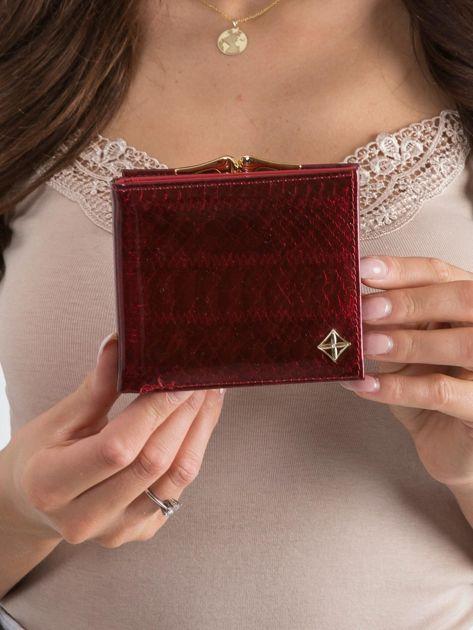 Czerwony lakierowany portfel w zwierzęcy wzór