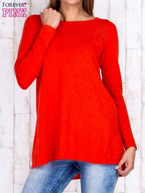 Czerwony luźny sweter z ażurowym dekoltem                                  zdj.                                  1