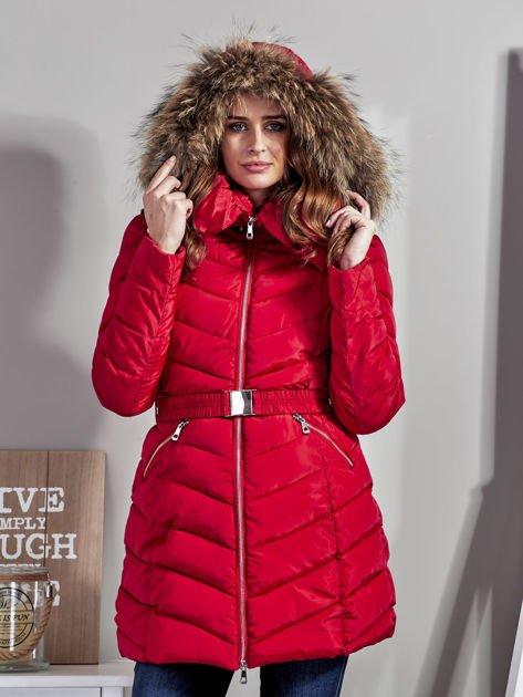 Czerwony pikowany płaszcz damski z futrzanym kołnierzem                              zdj.                              1