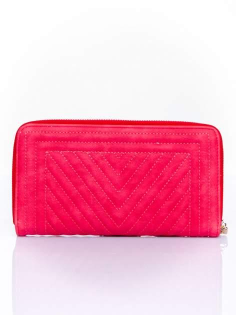 Czerwony pikowany portfel z ozdobną klamerką                                  zdj.                                  2