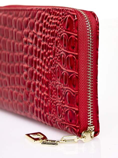 Czerwony portfel kopertówka z motywem skóry krokodyla                                  zdj.                                  4