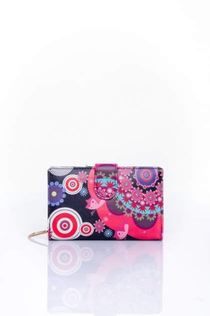 Czerwony portfel w graficzne wzory