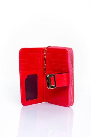 Czerwony portfel z ozdobną złotą klamrą                                  zdj.                                  4