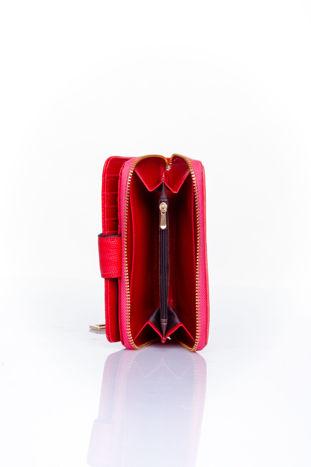 Czerwony portfel z ozdobną złotą klamrą                                  zdj.                                  5