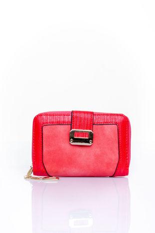 Czerwony portfel z ozdobną złotą klamrą