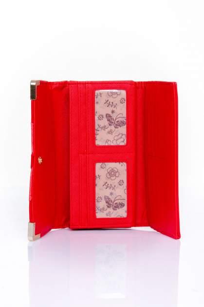 Czerwony portfel z ozdobnym detalem i złotymi okuciami                                  zdj.                                  4