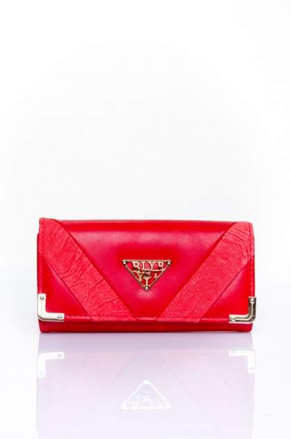 Czerwony portfel z ozdobnym detalem i złotymi okuciami