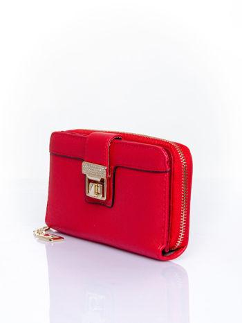 Czerwony portfel z ozdobnym zapięciem i złotym uchwytem                                  zdj.                                  3