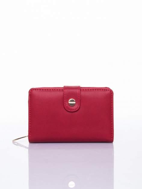 Czerwony portfel z zatrzaskiem