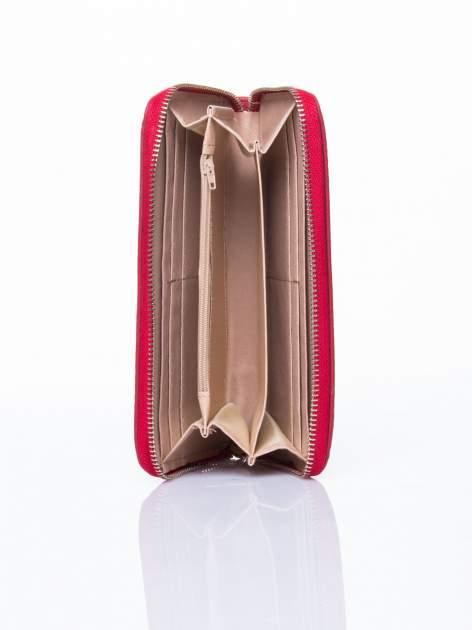 Czerwony portfel ze złotym logo i uchwytem                                  zdj.                                  3