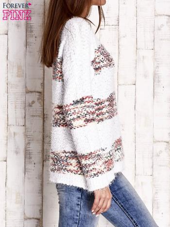 Czerwony puszysty sweter w kolorowe pasy                                  zdj.                                  3