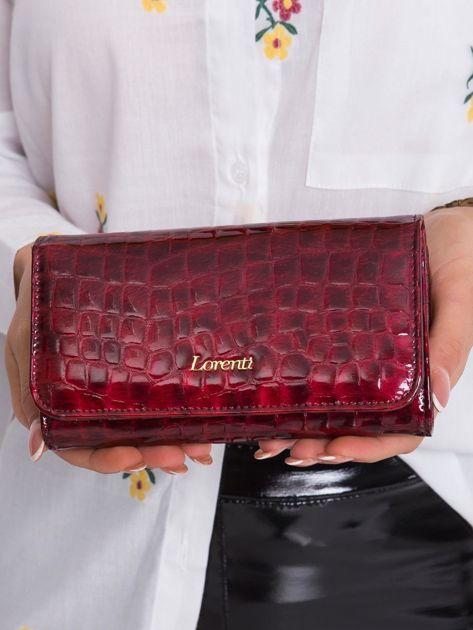 Czerwony skórzany portfel w zwierzęce desenie