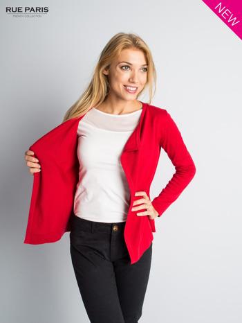 Czerwony sweter narzutka z kaskadowymi bokami                                  zdj.                                  3