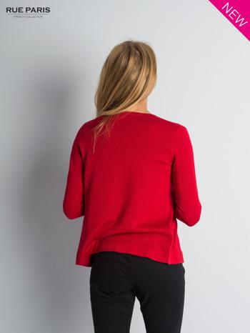Czerwony sweter narzutka z kaskadowymi bokami                                  zdj.                                  4