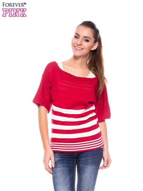 Czerwony sweter w paski z szerokim dekoltem