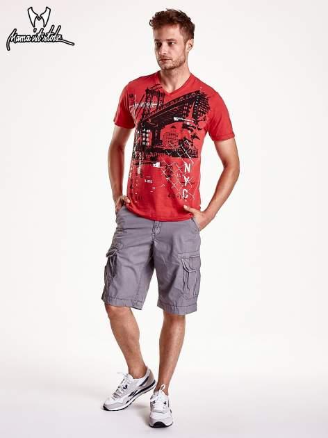 Czerwony t-shirt męski z miejskim nadrukiem                                  zdj.                                  2