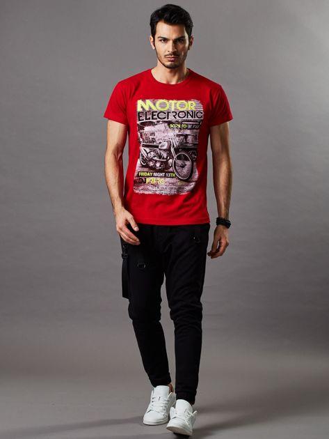 Czerwony t-shirt męski z motocyklem                              zdj.                              4