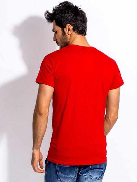 Czerwony t-shirt męski z nadrukiem motocykla                              zdj.                              2