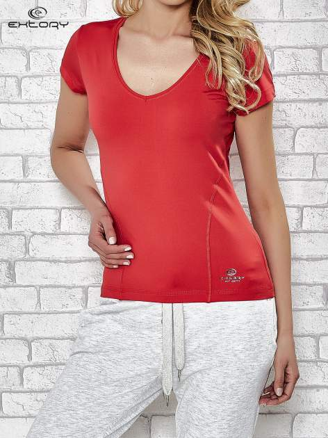 Czerwony t-shirt sportowy z dekoltem w lekkie V                                  zdj.                                  1