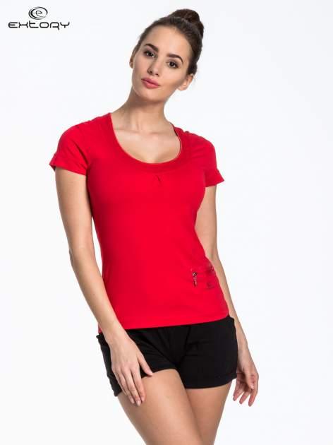 Czerwony t-shirt sportowy z kieszonką i ozdobnym dekoltem