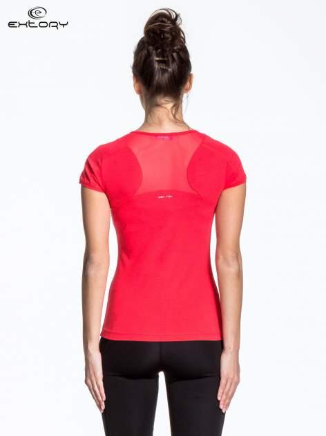 Czerwony t-shirt sportowy z przeszyciami na ramionach                                  zdj.                                  2