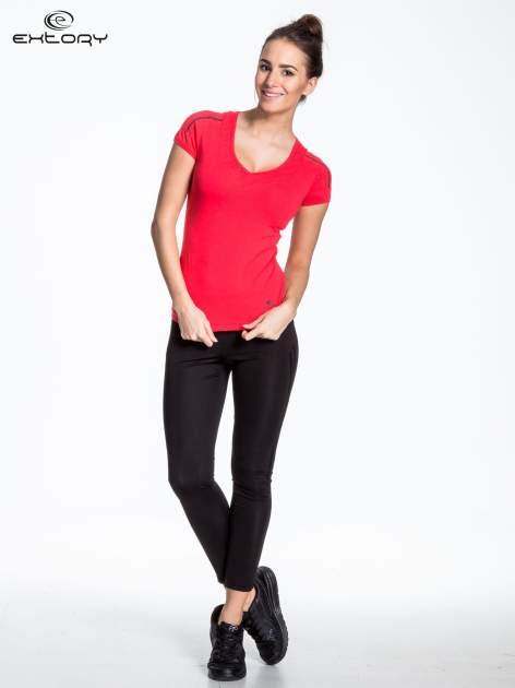 Czerwony t-shirt sportowy z przeszyciami na ramionach                                  zdj.                                  3