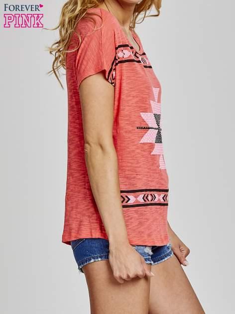 Czerwony t-shirt we wzory azteckie z dżetami                                  zdj.                                  3