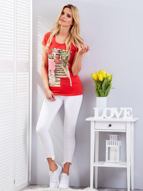 Czerwony t-shirt z fotograficznym nadrukiem                                  zdj.                                  4