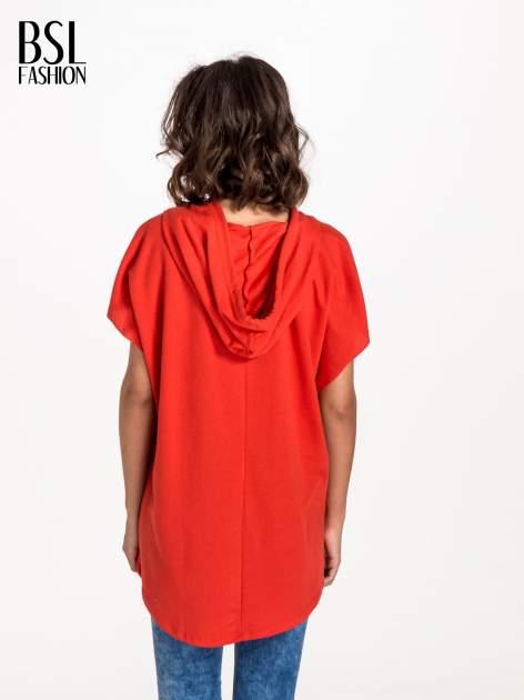 Czerwony t-shirt z kapturem w stylu boyfriend                                  zdj.                                  2