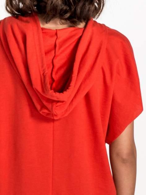 Czerwony t-shirt z kapturem w stylu boyfriend                                  zdj.                                  6