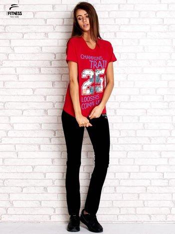 Czerwony t-shirt z kwiatowym numerem 25                                  zdj.                                  4