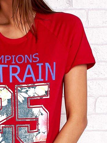 Czerwony t-shirt z kwiatowym numerem 25                                  zdj.                                  5