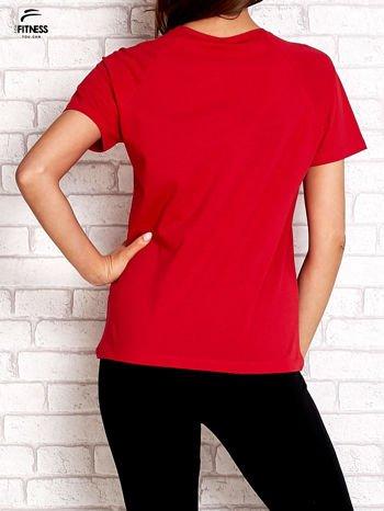 Czerwony t-shirt z kwiatowym numerem 25                                  zdj.                                  2
