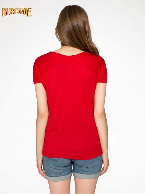 Czerwony t-shirt z nadrukiem PARIS                                  zdj.                                  4